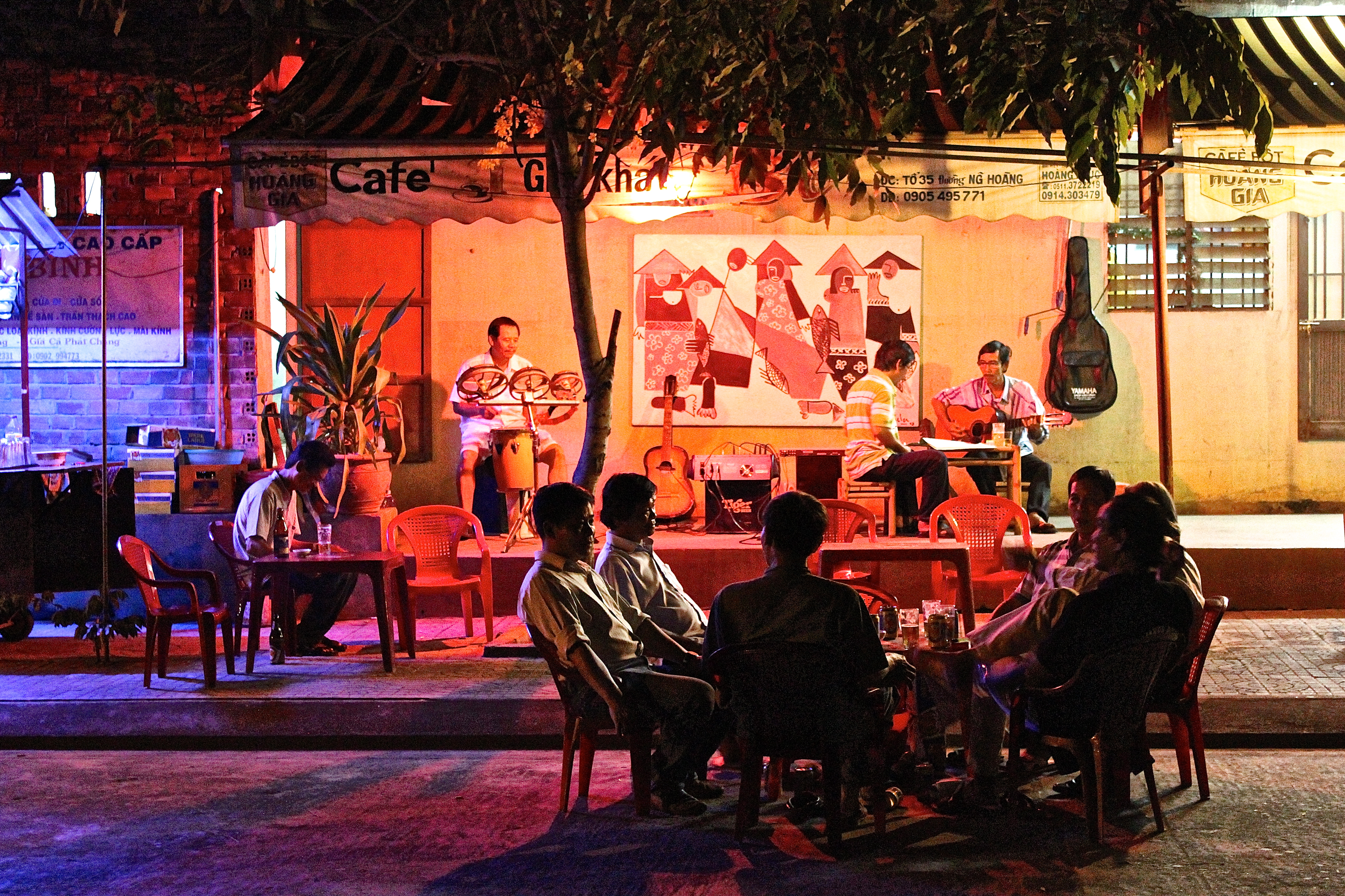Street-side jazz over a drink; THIS IS THE LIFE. (Hoi An) © Nisha D'Souza