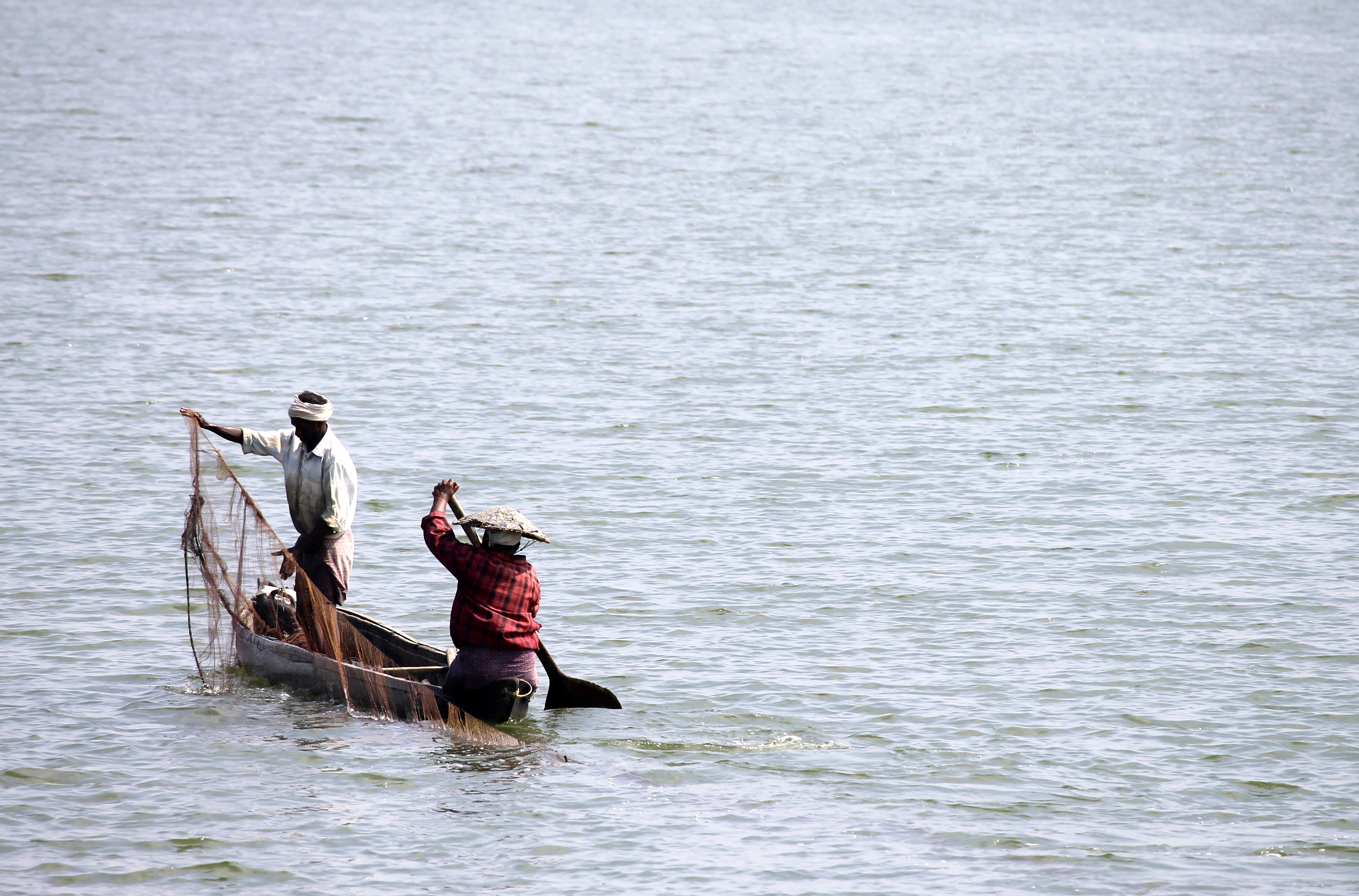 Laying down nets in Ashtamudi Lake © Nisha D'Souza